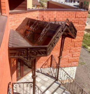 металлический козырёк над входом